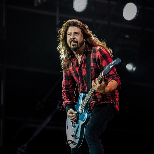 Dave Grohl suona in live streaming con un fan