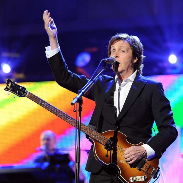 Paul McCartney raggiunto sul palco da Ringo Starr e Ron Wood