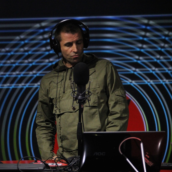 Liam Gallagher negli studi di Radiofreccia