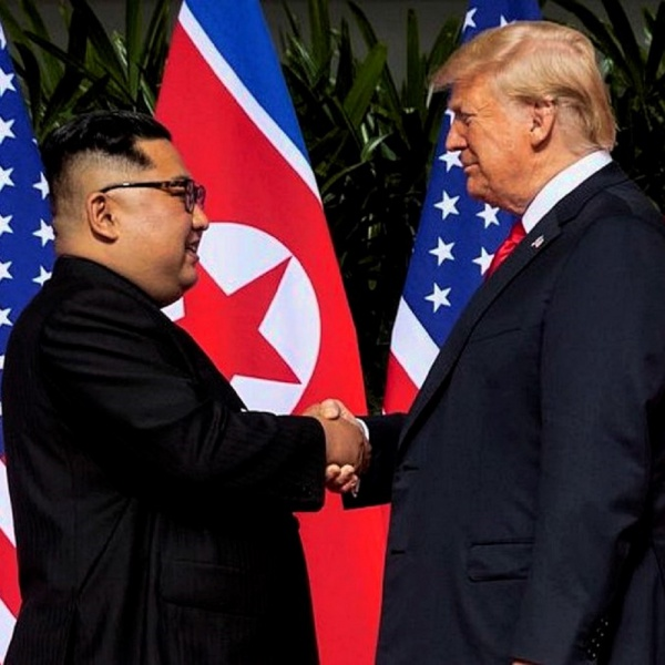 Donald Trump regala a Kim una copia di 'Rocket Man'