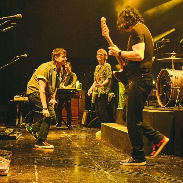 Julian Casablancas sul palco con  The Raconteurs