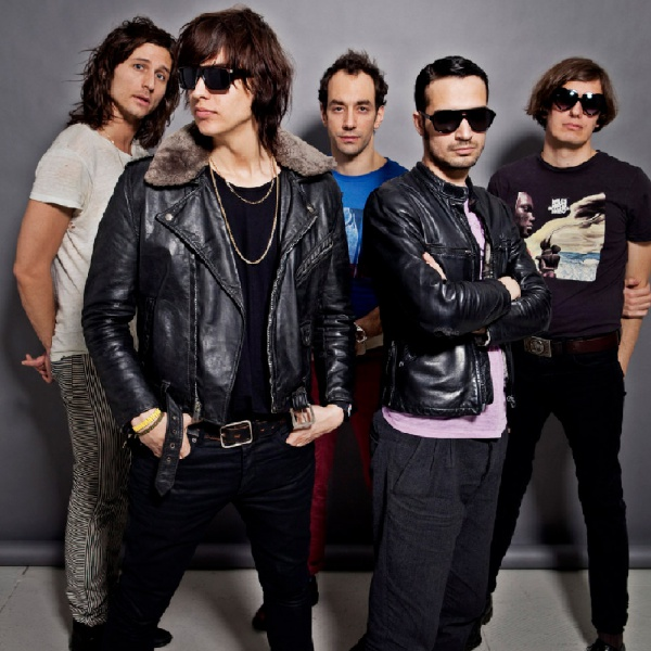 The Strokes 'su ordinazione' nel video di 'Bad Decisions'